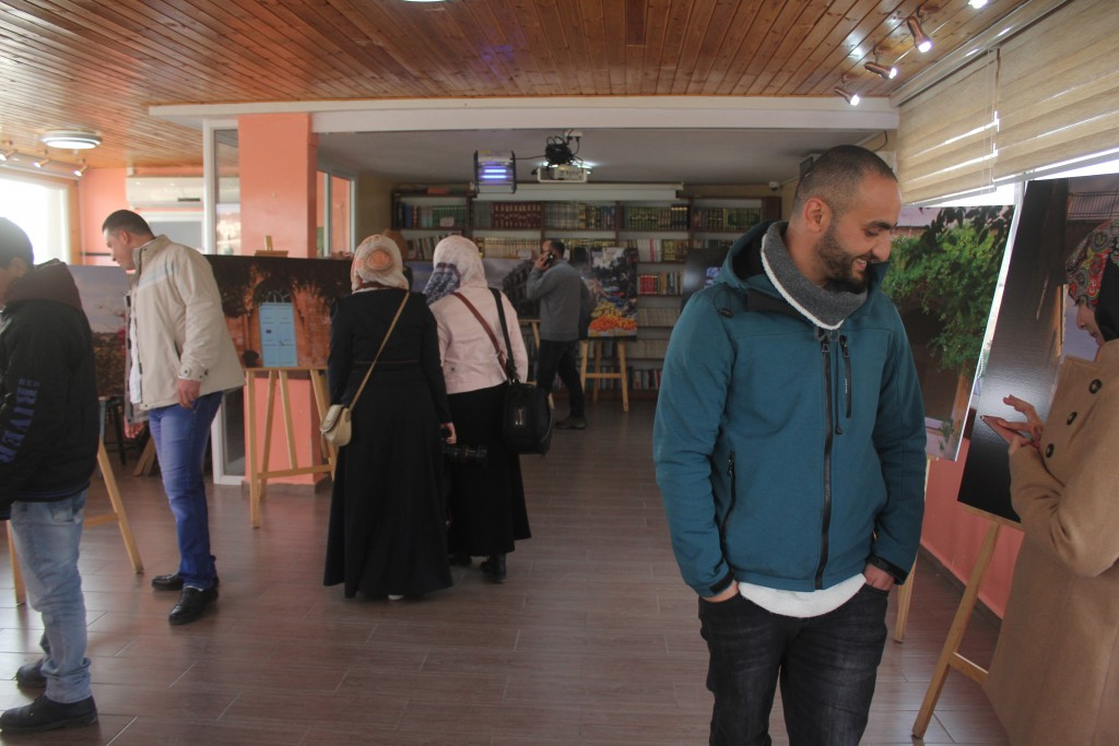 "Burj Al-Luqluq Organizes ""Jerusalemite Lenses"" Exhibition for the Photography Course Student"