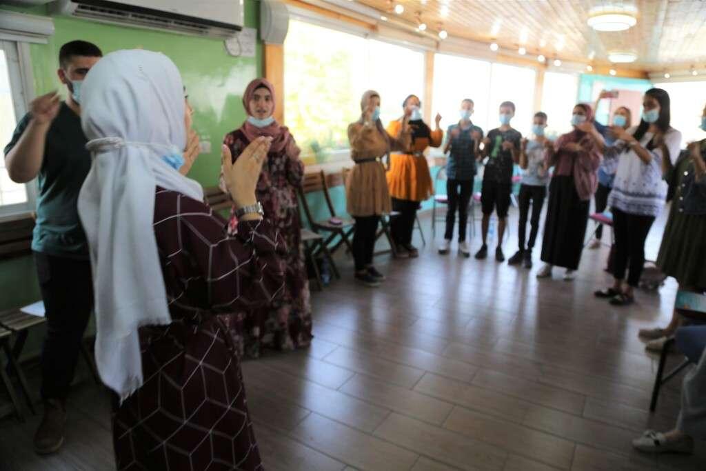 مبادرة الانامل المتحدثة مع الشابة المقدسية مريم ابو رموز