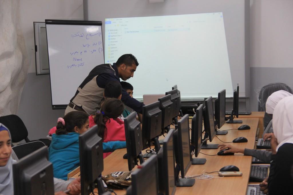 استكمال دورات الحاسوب في جمعية برج اللقلق