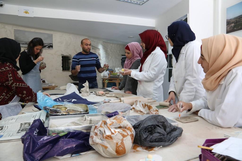 مشاركة طالبات الخزف ب «لملمة» في بيت ساحور